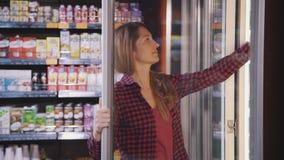 Femme au foyer mûre achetant la nourriture fraîche dans le supermarché de ville clips vidéos