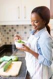Femme au foyer mangeant de la salade photo stock