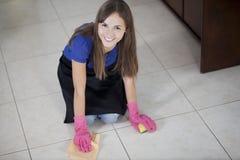 Femme au foyer mignonne nettoyant la maison Image libre de droits