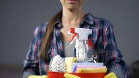 Femme au foyer montrant des produits d'entretien, se préparant au ménage, service d'étage photographie stock libre de droits