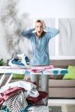 Femme au foyer négligente à la maison photographie stock libre de droits