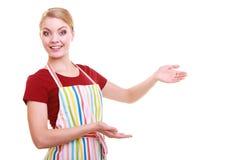 Femme au foyer ou serveuse faisant le tablier bienvenu de invitation de cuisine de geste d'isolement Photographie stock libre de droits