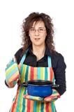 Femme au foyer ouvrant un carter bleu Image stock