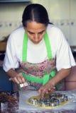 Femme au foyer préparant des biscuits de Noël photos stock