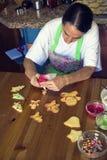 Femme au foyer préparant des biscuits de Noël photographie stock