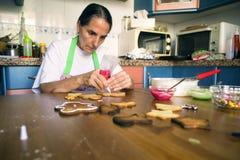 Femme au foyer préparant des biscuits de Noël photo libre de droits