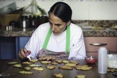 Femme au foyer préparant des biscuits de Noël image stock