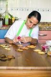 Femme au foyer préparant des biscuits de Noël image libre de droits