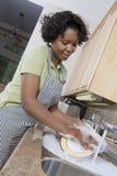 Femme au foyer Washing Dishes photographie stock