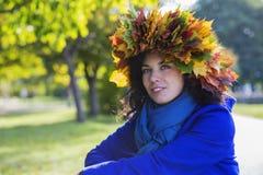 Femme au jour ensoleillé d'automne au parc Images stock