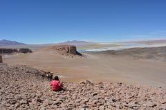Femme au lac de sel de Salar de Tara dans le désert d'Atacama, Bolivie Photo libre de droits