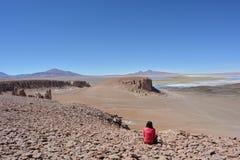 Femme au lac de sel de Salar de Tara dans le désert d'Atacama, Bolivie Image libre de droits
