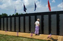 Femme au mémorial de mur du Vietnam Photo stock