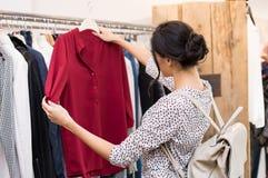 Femme au magasin d'habillement Photographie stock