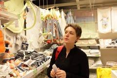 Femme au magasin de bébé Images libres de droits