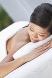 Femme au massage en pierre chaud de demande de règlement de station thermale de santé Images libres de droits