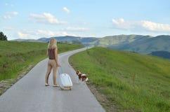 Femme au milieu d'une route Images libres de droits