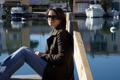 Femme au pilier photographie stock libre de droits