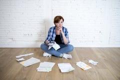 Femme au plancher de salon avec la calculatrice et la banque et factures écritures et documents faisant la comptabilité financièr Images stock
