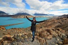 Femme au point de vue au-dessus du glacier d'Upsala, Patagonia, Argentine photographie stock