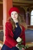Femme au poste local avec la rose de blanc Images libres de droits
