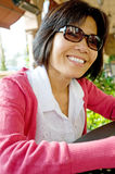 Femme au restaurant extérieur Photos stock