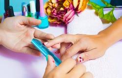 Femme au salon de beauté photos libres de droits