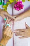 Femme au salon de beauté photo libre de droits