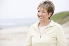 Femme au sourire de plage Photo stock