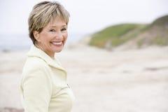 Femme au sourire de plage Photos stock