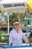 Femme au stand de citronnade Photo stock