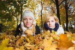 Femme au stationnement d'automne Image stock