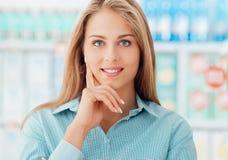 Femme au supermarché photographie stock
