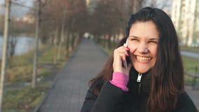 Femme au téléphone banque de vidéos
