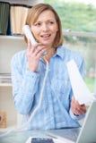 Femme au téléphone dans le siège social photographie stock