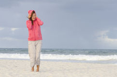 Femme au temps d'automne à la plage Photos libres de droits