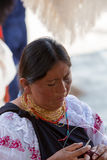 Femme au travail au marché d'Otavalo, Equateur Photo stock