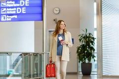 Femme au vol de attente d'aéroport international Images libres de droits