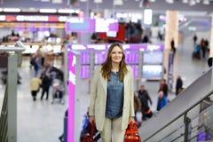 Femme au vol de attente d'aéroport international Image stock