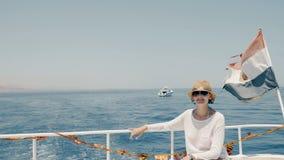 Femme au yacht banque de vidéos