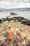 Femme augmentant la marche avec le chien sur la traînée de bord de la mer Photos libres de droits