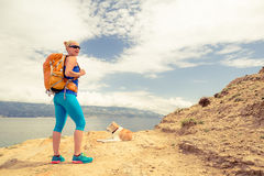 Femme augmentant la marche avec le chien sur le paysage de mer Images libres de droits