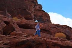Femme augmentant les canyons rouges de roche de l'Utah images libres de droits