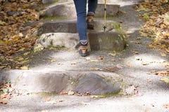 Femme augmentant les escaliers en pierre au parc d'état photographie stock