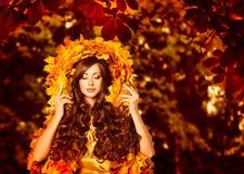 Femme Autumn Outdoors Makeup Portrait, mode dans des feuilles d'automne photos libres de droits
