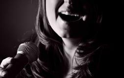 Femme aux cheveux longs chantant les bleus Images libres de droits