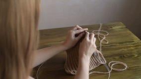 Femme aux cheveux longs de tricotage clips vidéos