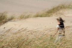 Femme aux dunes Photographie stock
