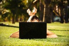 Femme aux pieds nus sur l'herbe Photographie stock
