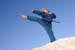 Femme aux pieds nus sur la neige Photographie stock
